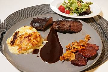 Rehrücken mit Kartoffelgratin, Rotweinjus und Wildkräutersalat