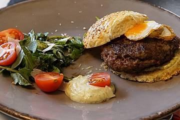 Dama dama Burger - Damwildburger mit Tannenspitzen-Aioli und Wachtelspiegelei