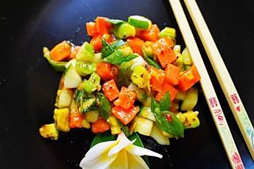 Pikant-würziger Gurkensalat mit Avocado und Papaya
