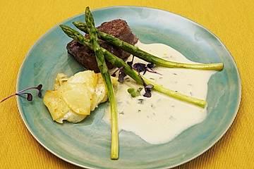 Rinderfilet mit Sauce béarnaise, Kartoffelgratin und grünem Spargel