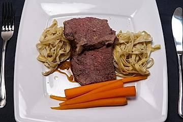 Entrecôte vom Glandorfer Jungrind auf einer dunklen Weißbiersauce mit glasierten Orangenmöhren und Trüffelpasta