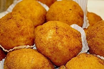 Gefüllte und frittierte sizilianische Reisklöße