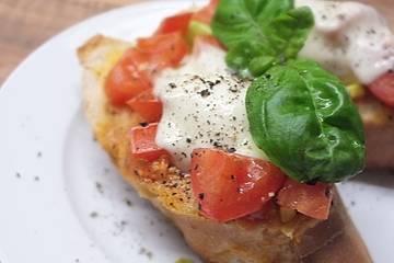 Ciabatta á la Bruschetta, mit Mozzarella überbacken