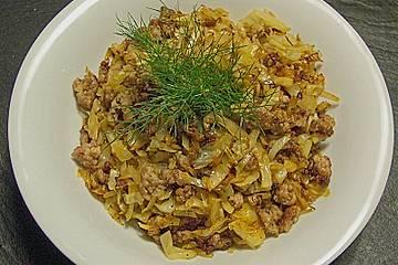 Weißkraut mit Hackfleisch, Püree und Salat