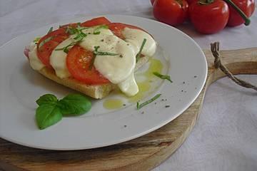 Ciabatta mit Mozzarella, Tomaten und Basilikum überbacken