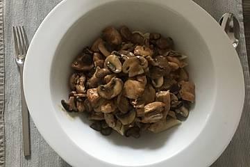 Nudeln mit Geflügelfleisch und Gemüse