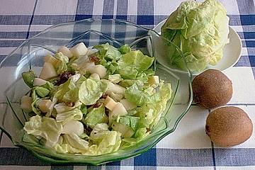 Grüner Salat mit Kiwi