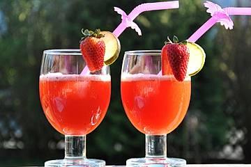 Erdbeerlimonade mit frischen Erdbeeren