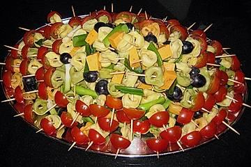 Marinierte Tortellini-Spieße mit Mozzarellabällchen und Cherrytomaten