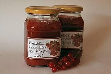 Aprikosenmarmelade mit roten Johannisbeeren