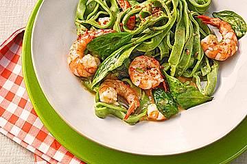 Grasgrüne Pasta mit Spinat und Scampi