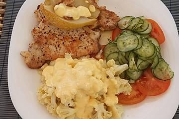 Festtagsschmaus mit Blumenkohl, Gurkensalat und einem Steak