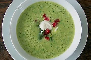 Grüne Spargelsuppe mit Tomatenwürfeln