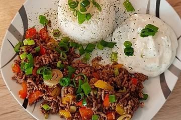 Orientalische Hackfleisch - Gemüse - Pfanne mit Joghurt - Minz - Sauce