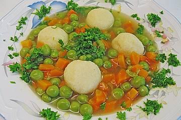 Schnelle Erbsensuppe mit Grießklößchen