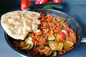 Gemüsetopf mit Paprika, Hackfleisch, Zucchini und Pilzen