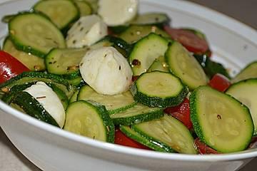 Tomaten - Zucchini Salat mit Mozzarella