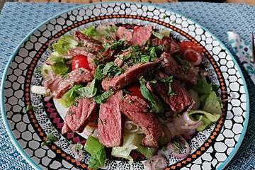 Pikanter thailändischer Rindfleischsalat