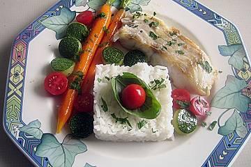 Seehechtfilets mit glasierten Möhren, Zucchini und Tomaten