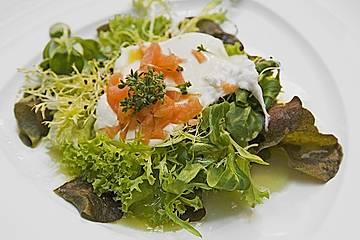 Pochierte Eier im Salatnest mit Räucherlachsstreifen und Kresse