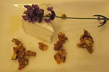 Kleiner Ziegenkäse mit karamellisierten Walnüssen
