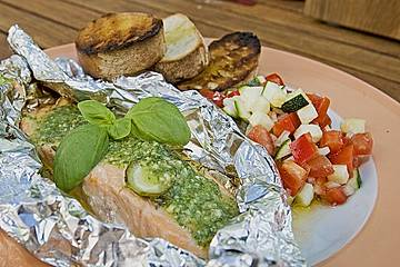 Marinierter Lachs an Ratatouillesalat mit Rucolapesto und Brot