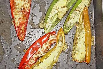 Spitzpaprika mit Käse überbacken