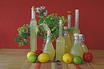 Zitronensirup mit Pfefferminze und Zitronenmelisse