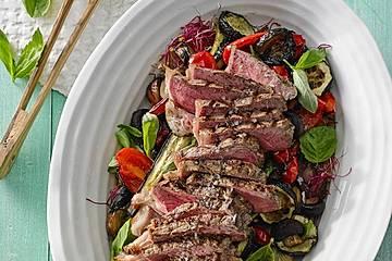 Gegrillter Auberginen - Zucchini - Salat mit Rumpsteak