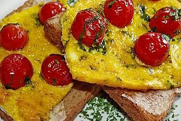 Eierkuchen mit Kirschtomaten