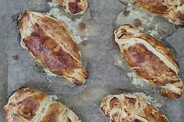 Frischkäse-Hackfleisch-Röllchen in Blätterteig
