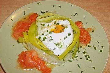 Pochierte Eier im Porreenest mit Tomatenvinaigrette