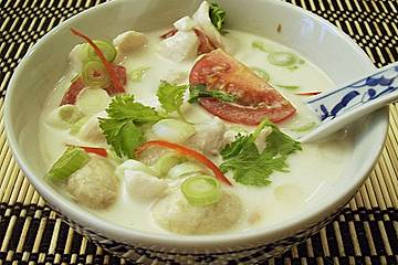 Scharfe Hühnersuppe in Kokosmilch