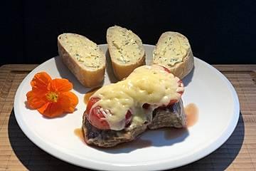 Rindersteaks mit Tomaten und Käse überbacken