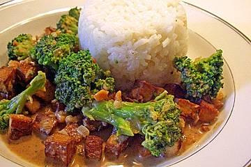 Brokkoli mit Tofu in süßer Erdnuss-Sojasauce