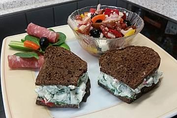 Vollkornbrot mit Spinat und Frischkäse gefüllt